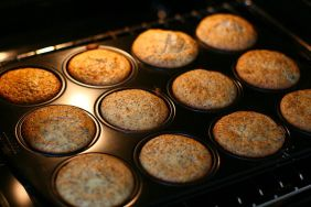 800px-Cranberry-Mohn_Muffins_in_baking_tray